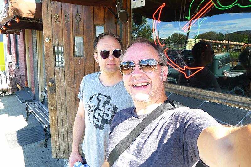 Mästerpoddarna Daniel Svanberg, vänster, och Erik Bergin utanför Sunny's Bar i Red Hook.