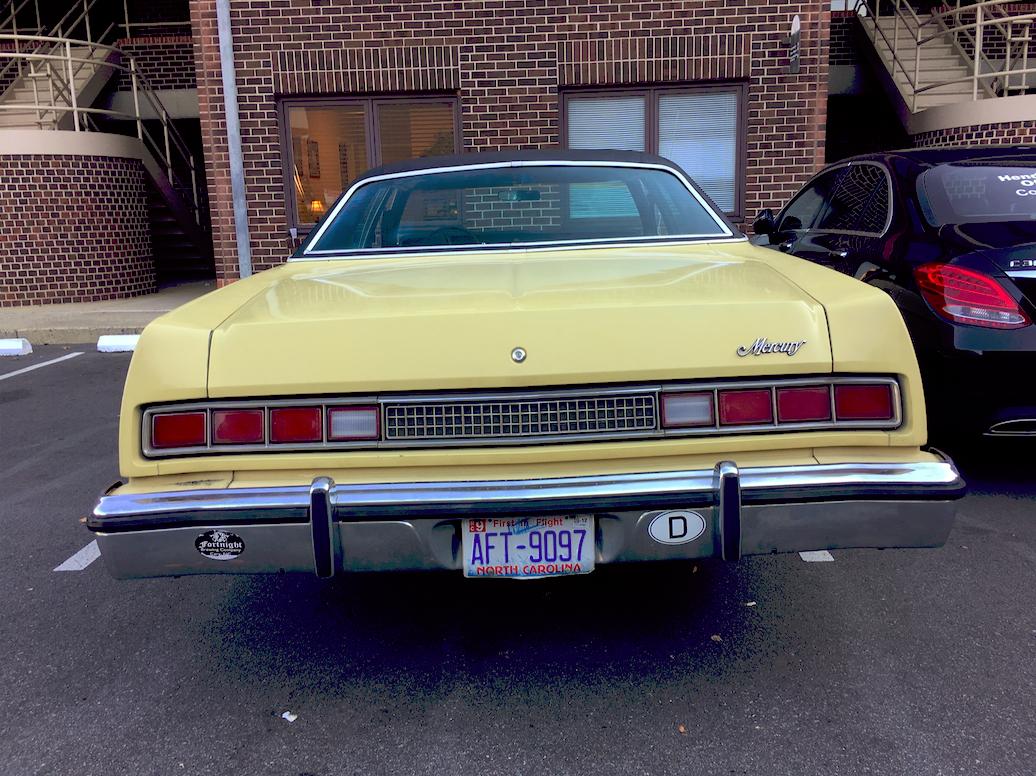 En gammal goding parkerad utanför ett advokatkontor i downtown Charlotte.