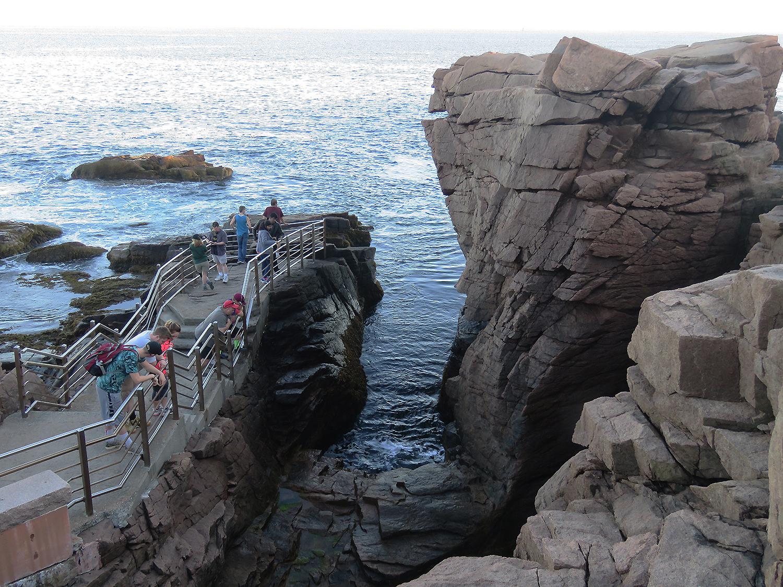 Vågor pressas in mellan klipporna och orsakar en stor bang. Foto: Erik Bergin