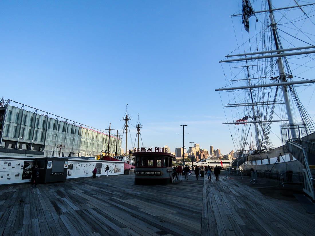 En av pirerna vid Old Seaport där museifartygen ligger.