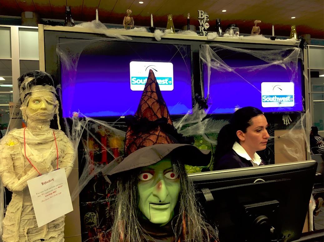 Halloween-utstyrsel vid en Southwest-gate vid en av Houstons flygplatser.