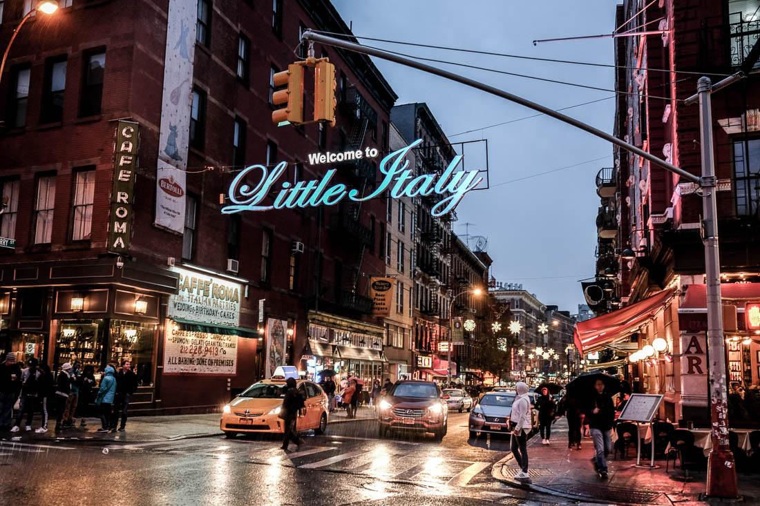 Ett julpyntat Little Italy, Mulberry Street.